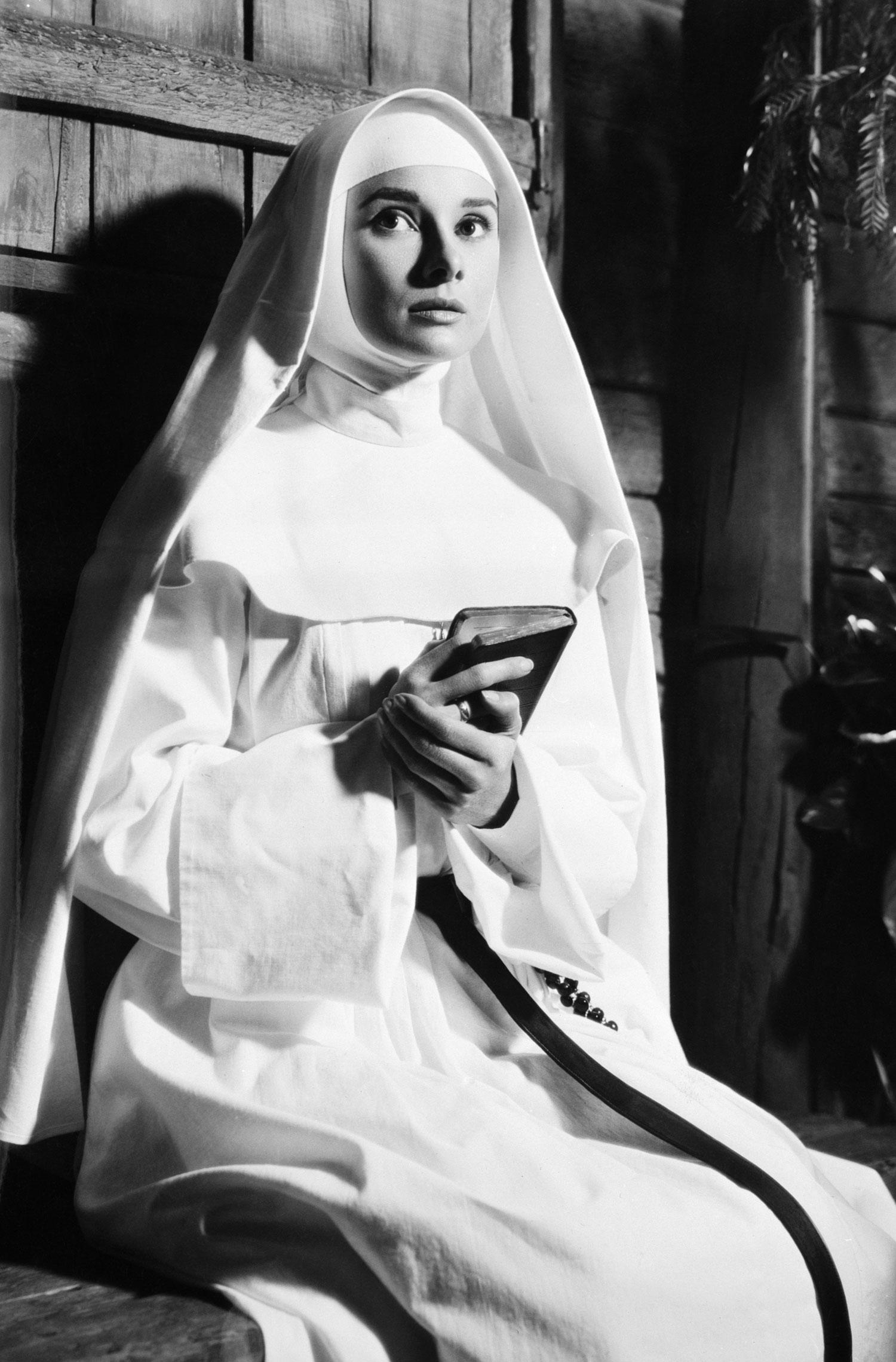 Черно белые фото монахини 12 фотография